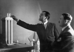 Albert Speer en Adolf Hitler devant une maquette de la Deutsches Haus