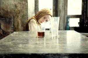 La fille du Stalker faisant bouger un verre par télékinésie