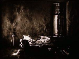 La maison du Stalker que l'on voit au début du film, traitée avec une esthétique particulièrement sombre et pauvre.
