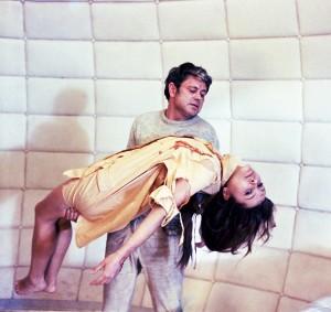 Kris Kelvin (Donatas Banionis) portant sa femme dans Solaris