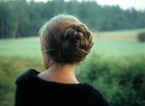 La femme coiffée d'un chignon - symbole de la mère