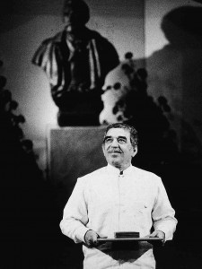 Garcia Marquez recevant son prix Nobel.