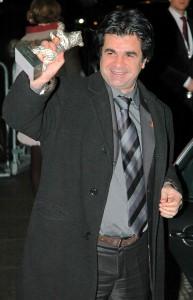 Panahi brandissant son Ours d'argent, reçu en 2006 pour son film Offside