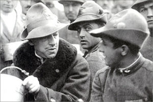 Gabriele d'Annunzio entourré de combattants, 1920