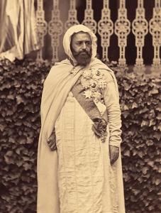 L'émir arborant ses décoration dont l'écharpe de la Grand-Croix de la légion d'honneur.