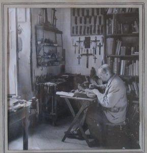 Louis Charbonneau-Lassay travaillant dans son atelier