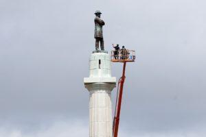 Déboulonnage d'un statue de Lee